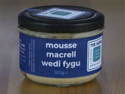 Jar o'n mousse macrell moethus wedi'i fygu.